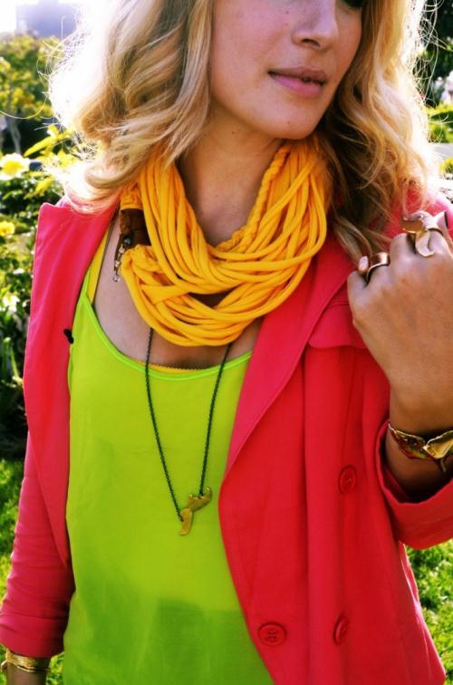 Яркий шарф из футболки