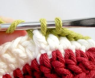 Яркий вязаный браслет своими руками