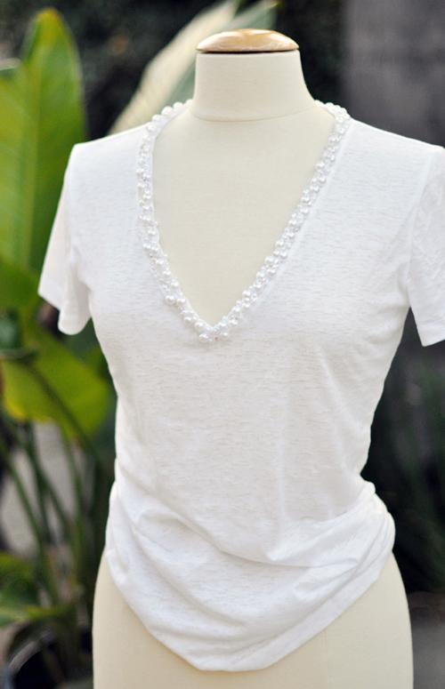 Как украсить белую футболку бусинами
