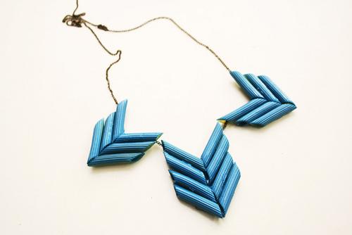 Как сделать красивое ожерелье из необычного материала