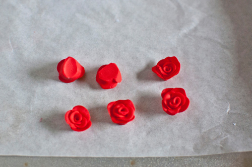 Серьги в виде розы из полимерной глины