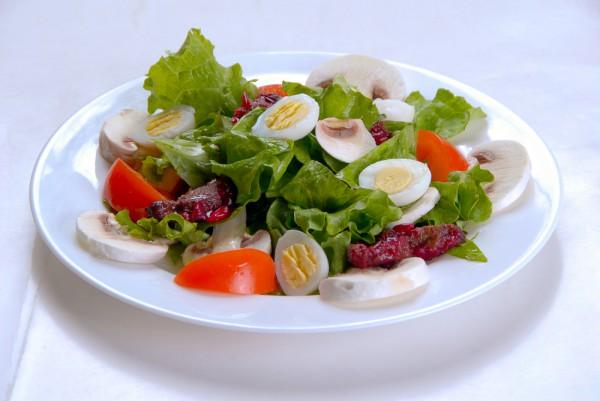 Салат с перепелиными яйцами: плотно и полезно