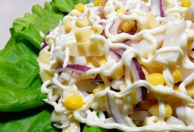 Салат из  салата и кукурузы: 3 оригинальных рецепта
