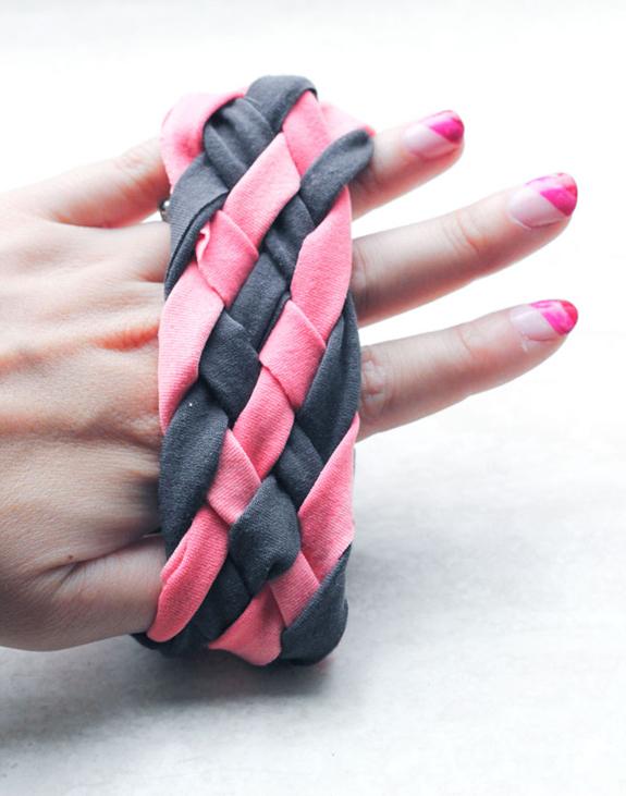 Как сплести простой браслет из ткани